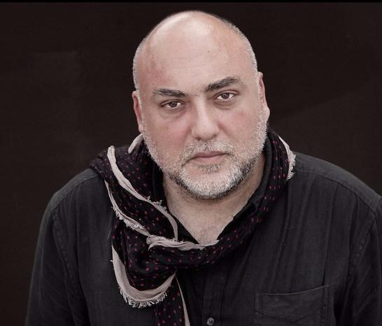 Moataz Nasr, artiste contemporain originaire du Caire (Égypte).